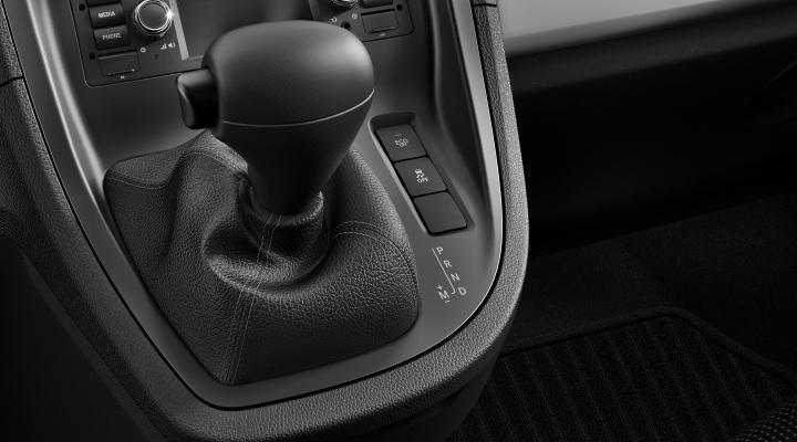Los conductores inexpertos pueden preguntarse cómo conducir un coche automático por primera vez. Tener algo de miedo o inseguridad al principio es algo habitual, pero desaparece una vez te pones al volante de un Mercedes automático. Nuestras avanzadas transmisiones automáticas han sido desarrolladas para hacer de la conducción una experiencia confortable, eficiente y altamente automatizada. Lo primero que debes saber es que para conducir un coche automático tan solo necesitas el pie derecho. No hay pedal del embrague, por lo que debajo del volante encontrarás el acelerador (derecha) y el pedal del freno (centro/izquierda). En los coches automáticos no se utiliza el pie izquierdo, por lo que acabamos de eliminar una de las acciones básicas que deben realizar todos los conductores de coches manuales.